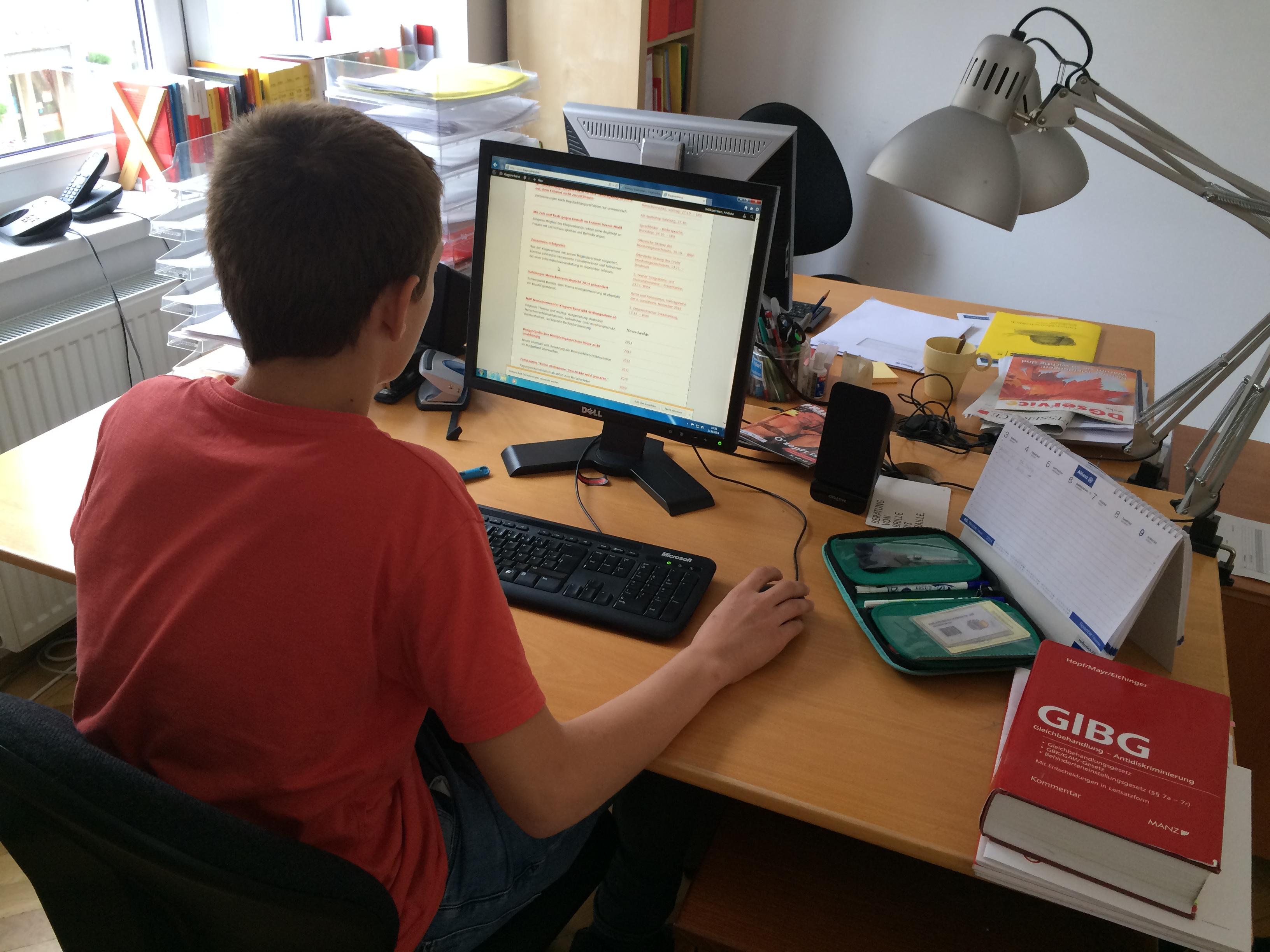 Praktikant arbeitet am Computer
