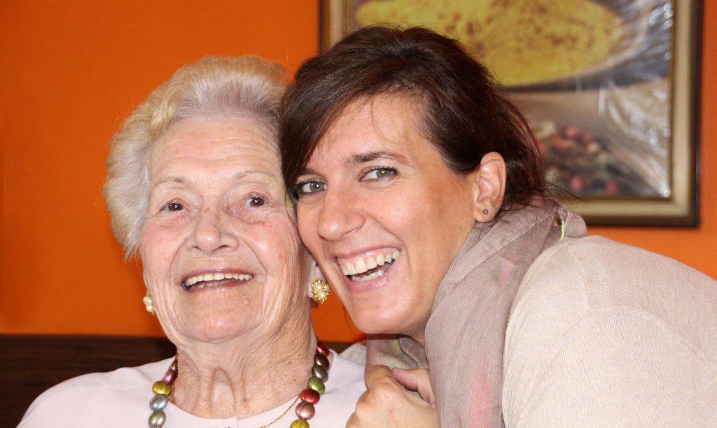 Alte und junge Frau lachen.